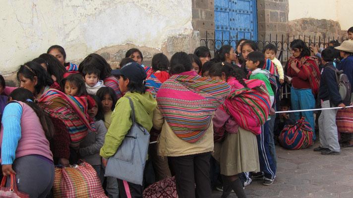 Indigene Frauen beim Anstehen.