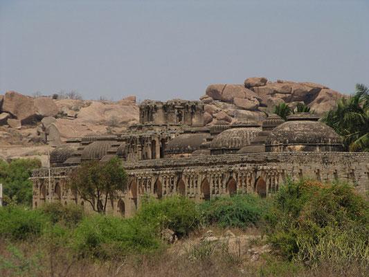 Die Elefantenställe aus grauer Vorzeit haben sich prächtig gehalten.