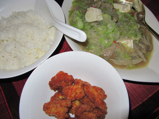 Chicken Nuggets, Gemüse mit Tofu und Glasnudeln, dazu Reis. (zuhause)