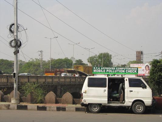 Witz des Jahrhunderts. Mobile Luftverschmutzungstesteinrichtung.