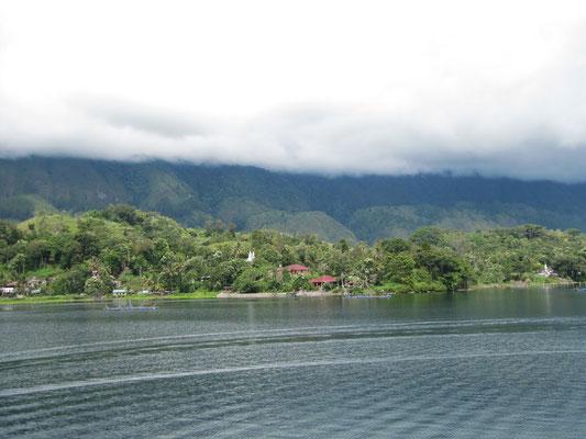Blick von der Terrasse der zweiten Unterkunft auf der Insel Samosir.