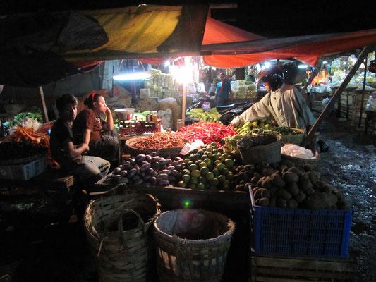 Nachtmarkt bedeutet hier wirklich Nachtmarkt, aslo Verkauf über die ganze Nacht hinweg.