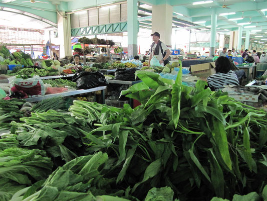 Interessierter auf dem Zentralmarkt.