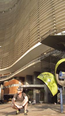 Die Entwürfe stammen von Oscar Niemeyers Büro in São Paulo. Er selbst war für das berühmte sinusartige Fassaden-Design verantwortlich (laut eigener Aussage dem damaligen Straßenverlauf folgend), gab aber wegen Unstimmigkeiten später das Projekt ab.