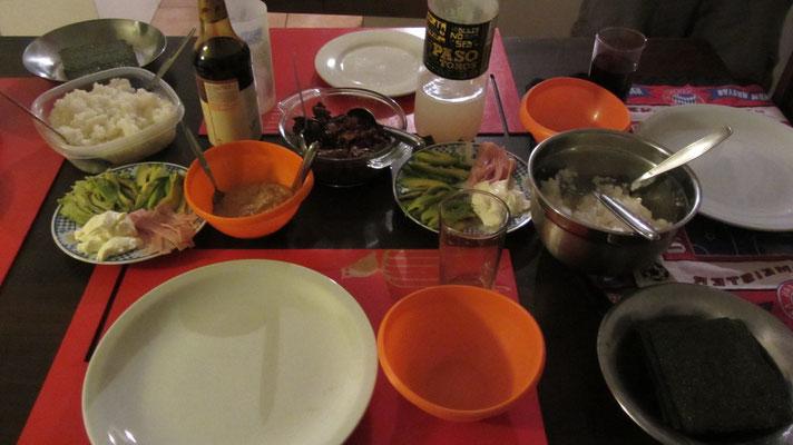 Bei unserer Gastgeberin rollten wir alle Sushi.