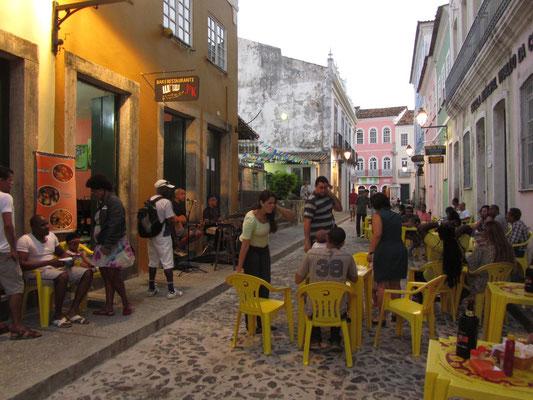 Die bahianische Lebensfreude (und der Alkoholkonsum) greifen leicht auf  die Touristen über. Nicht schwer bei so schönen Straßenrestaurants mit Live-Musik.