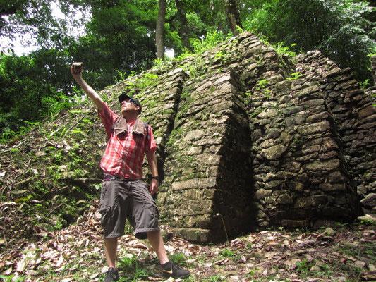 Tourist findet historischen Stein und brüstet sich damit theatralisch..