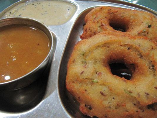 Frittierte Reisdoughnuts mit Sambar & Chutney.