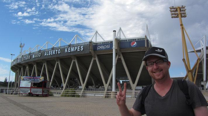 Vor dem Estadio Mario Alberto Kempes. In Deutschland gilt die Schmach von Córdoba (3:2 gegen Österreich, die schon aus dem WM-Turnier von 1978 ausgeschieden waren) als eine der größten Niederlagen der WM-Geschichte.