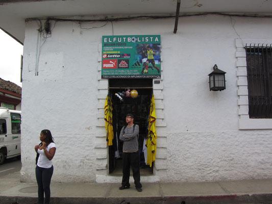Eingerahmt von gelben, kolumbianischen Fußballnationaltrikots.