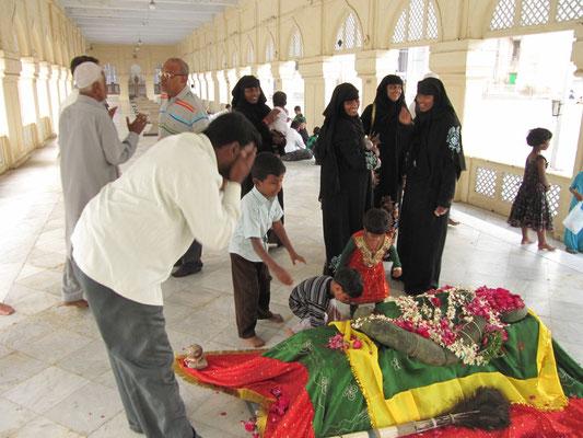 Auch im Islam werden Helige an ihren Gräbern verehrt.