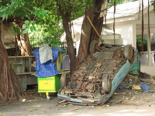Auf dem Nebenschauplatz hat ein ein Auto seinen Dienst aufgegeben.