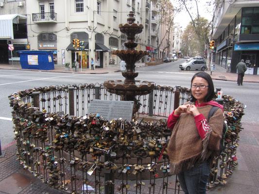"""Der """"Schloß-Brunnen"""". Paare sperren ein Schloß an den Brunnen um ihre Liebe für die Ewigkeit zu konservieren."""