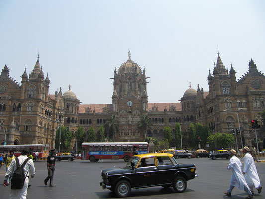 """Der CST ist zum Symbol der Stadt Mumbai als """"Gotische Stadt"""" geworden und ist  nach Tokyo Shinjuku nach Fahrgästen der zweitverkehrsreichste Bahnhof der Welt."""