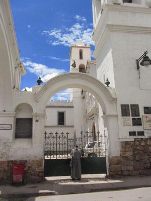Pater schließt die Tür der Kirche.