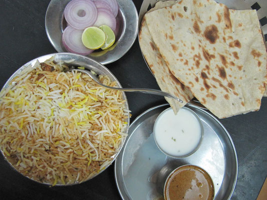 Chicken-Biryani wird stets mit rohen Zwiebeln (zwecks Verdauung) serviert.