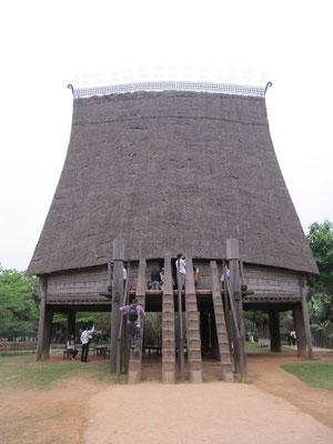 Nachbau eines Gemeindehauses einer vietnamesischen Minorität. (Ethnologisches Museum)