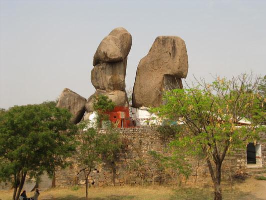 Oben auf dem Fort ist ein Tempel unter magisch aussehenden Felsen untergebracht.