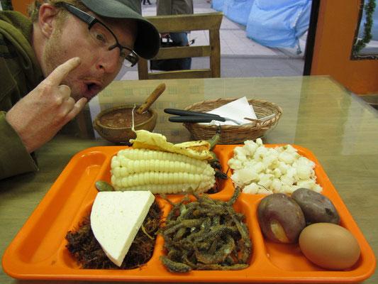 Traditionelles bolivianisches Essen: Getrocknetes Rindfleisch, fittierte kleine Fische, hartgekochtes Ei, gekochte Kartoffel & Mote.