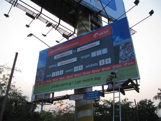 Ja, es ist cricket time. Nein es ist sogar die Weltmeisterschaft im eigenen Land. Airtel, des Landes größte Telekommunikationsgesellschaft, hat dafür stets aktualisierte Ergebnistafeln zu Werbezwecken aufgehängt.