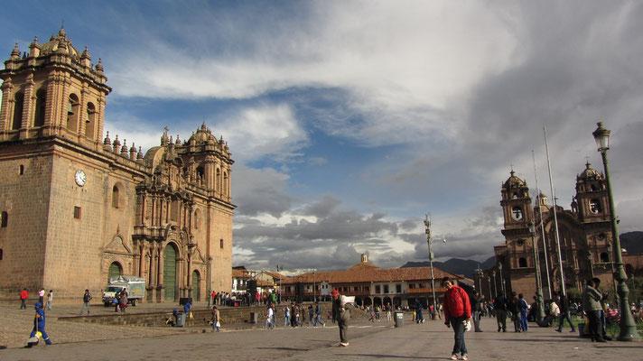 Auf dem Plaza de Armas. (links die Kathedrale, rechts La Compañía de Jesús)