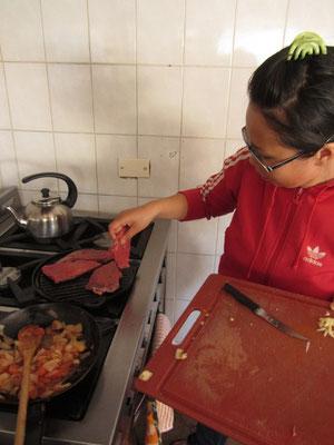 Chihi bereitet feinste argentinische Steaks zu.