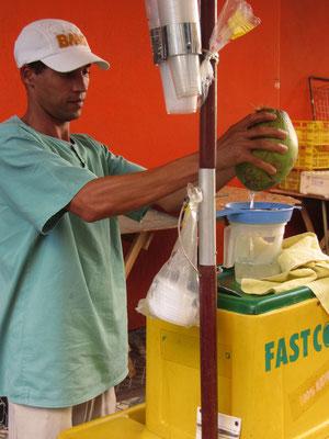 Frischer Kokosnusssaft ist lecker, gesund, umweltfreundlich und günstig.