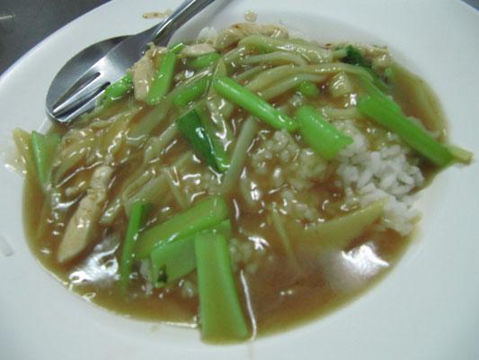 Hühnchen mit Gemüse und Bratensoße auf Reis.