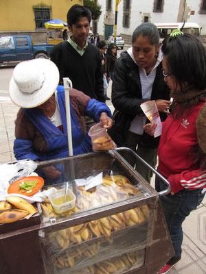 An jeder Straßenecke, auf jedem größeren Platz, überall werden in Bolivien Saltenas verkauft. Diese kleinen Teigtaschen sind gefüllt mit Rind-oder Hühnerfleisch, Aji, Erbsen, Oliven und weiteren Dingen aus der reichen Küche Boliviens.