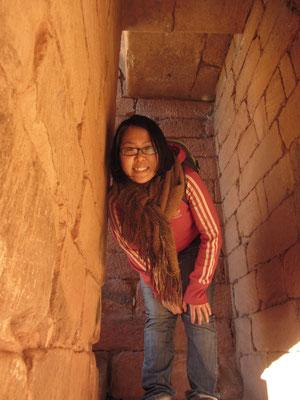 Chihi beim Durchwandern der Ruine.