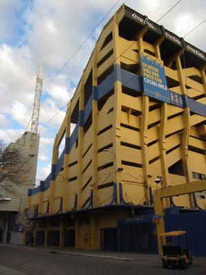 """La Boca ist auch für das Fußballstadion La Bombonera (spanisch: """"Pralinenschachtel"""") des Fußballclubs Boca Juniors bekannt. Seine Farben (gelb und blau) verdankt es einem schwedischen Schiff, welches im Moment der Gründung vorbeifuhr."""