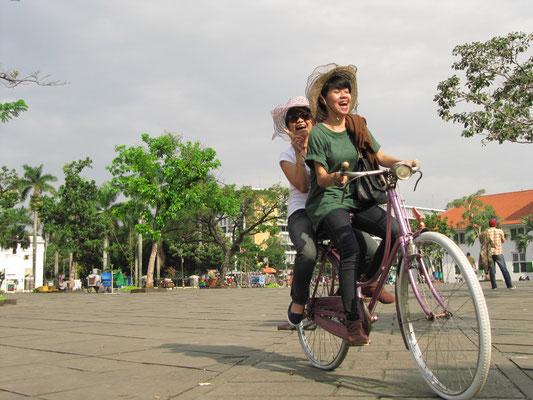 Nutzerinnen dieser Leihräder. (Taman Fatahillah)