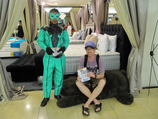 Bettenverkäufer und am Bettenkauf Interessierter.