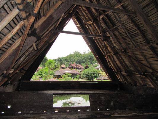 Unter einem traditionellen Batak-Dachgiebel mit Blick auf Toba.