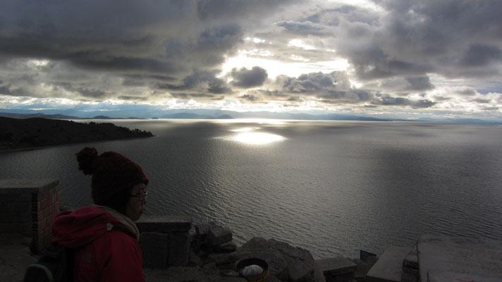 In den See ragen mehrere Halbinseln, bei der Copacabana-Halbinsel verbindet nur die schmale Straße von Tiquina den Südteil des Sees, Wiñaymarka, mit dem Nordteil, dem Lago Chucuito.