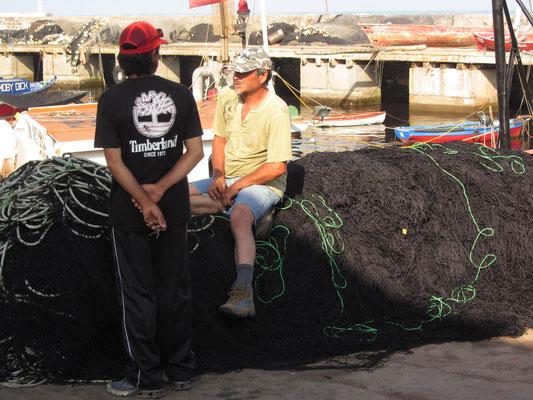 Fischer auf Fischernetz.