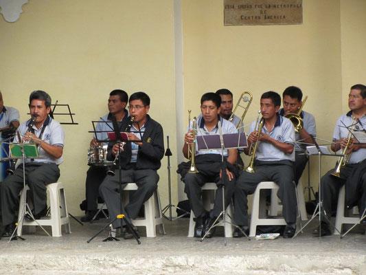 Stolze Musikanten bei einem Freikonzert am Regierungspalast.