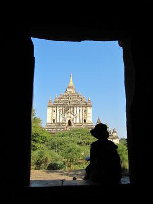 Was für ein An- bzw. Ausblick. (That-byin-nyu-Tempel im Hintergrund)