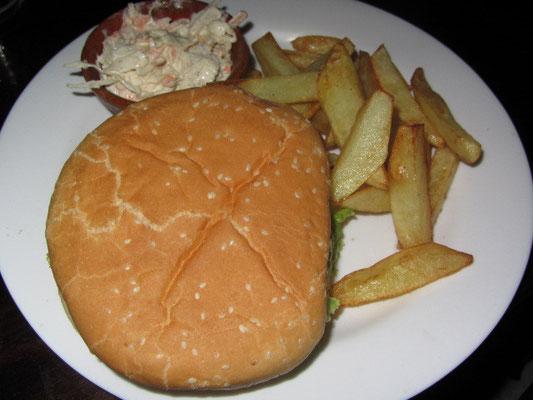 Liebloses amerikanisch anmutendes Fastfood im Restaurant.