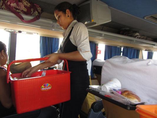 Busfahren ist in Peru auch Boardservice.