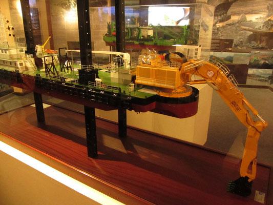 Riesige Schaufelbaggerschiffe wurden zur Konstruktion des Kanals benötigt.