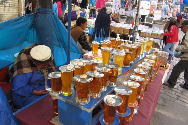 Mocochinchi. Ein anderer beliebter Trunk besteht aus Wasser, Zucker und getrockneten Pfirsichen.