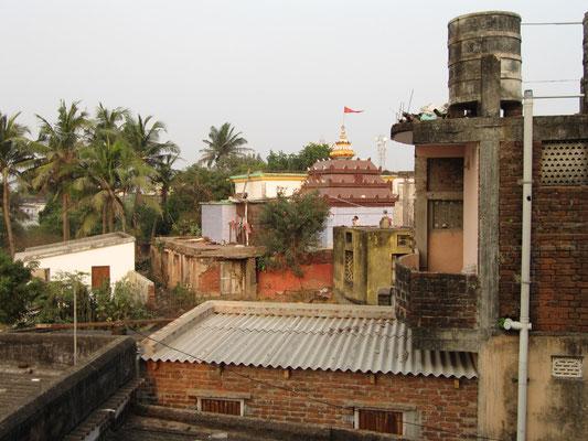 Blick von unserem Balkon auf den nebenliegenden Tempel.