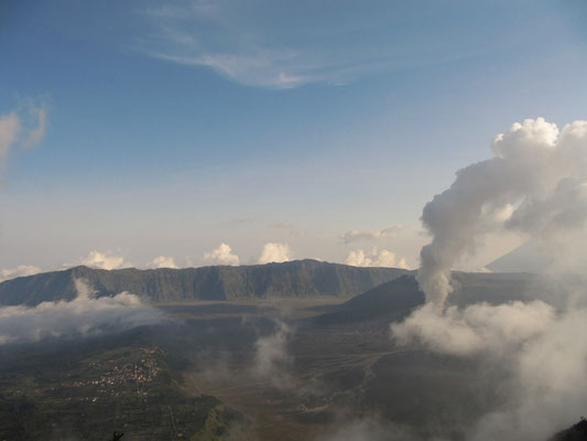 Blick auf die Vulkanebene vom Aussichtsplatform des benachbarten Berges.