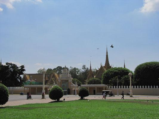In der königlischen Anlage befindet sich auch die berühmte Silber Pagode.