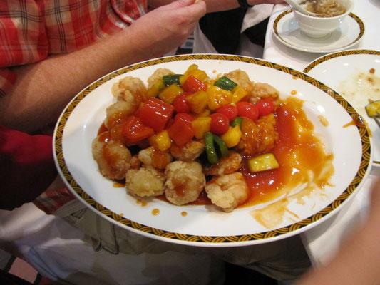 Frittierte Garnelen nach süß-sauer Art.