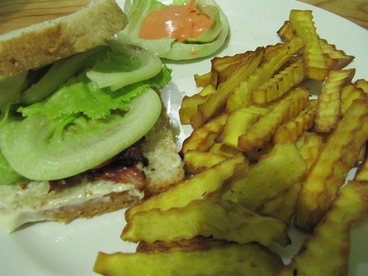 BLT-Sandwich & Süßkartoffel Fries.