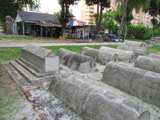 """Der jüdische Friedhof mitsamt der Unterkunft der """"Wachfamilie"""" in dritter Generation."""