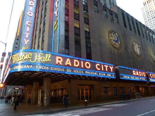 Die Radio City Music Hall befindet sich auch auf dem Gelände des Rockefeller Centers. Sie wurde im Dezember 1932 fertiggestellt und war damals als das größte Theater der Welt bekannt.