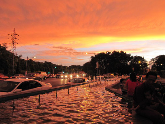Sonnenuntergang vor dem Bintang Megamall Shopping Complex.